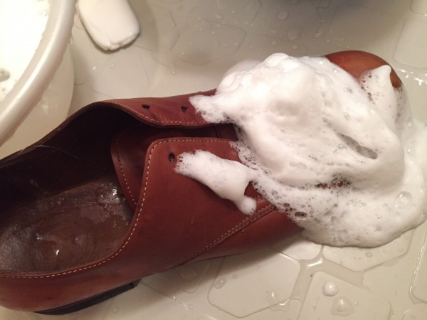 革靴を石鹸で丸洗い