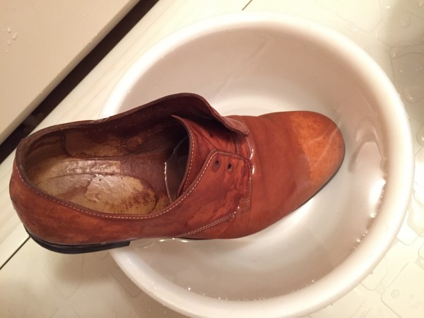 梅雨の革靴のシミ